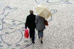 Couples aînés dans la rue Photo libre de droits