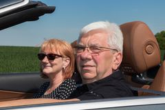 Couples aînés dans la voiture de sport Images libres de droits