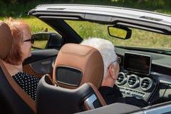 Couples aînés dans la voiture de sport Photos stock