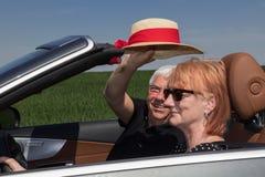 Couples aînés dans la voiture de sport Photos libres de droits