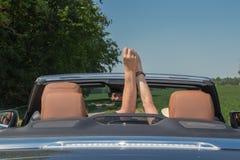 Couples aînés dans la voiture de sport Image libre de droits