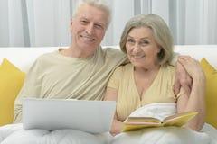 Couples aînés dans le bâti Photos libres de droits