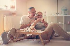 Couples aînés dans le bâti Café potable de personnes supérieures Photos stock