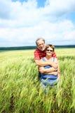 Couples aînés dans le domaine Photo stock
