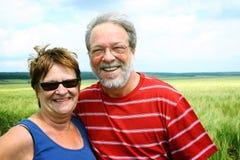 Couples aînés dans le domaine de blé Images libres de droits