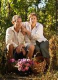 Couples aînés dans le jardin Image libre de droits
