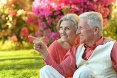 Couples aînés dans le jardin Photo libre de droits