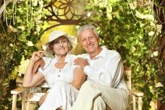 Couples aînés dans le jardin Photographie stock