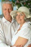 Couples aînés dans le jardin Image stock