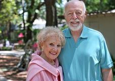 Couples aînés dans le jardin Images stock