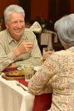 Couples aînés dans le restaurant Photo stock