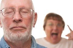 Couples aînés dans un argument images stock