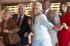 Couples aînés dansant à une boîte de nuit Photographie stock libre de droits