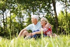 Couples aînés de détente Photographie stock libre de droits