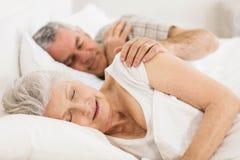 Couples aînés dormant dans le bâti Images libres de droits