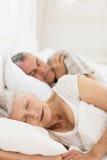 Couples aînés dormant dans le bâti Photo stock