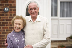Couples aînés en dehors de maison Photos stock