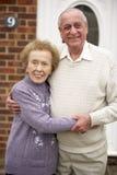 Couples aînés en dehors de maison Image libre de droits