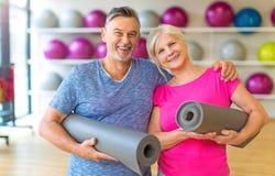 Couples aînés en gymnastique Photo stock