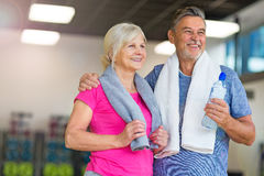 Couples aînés en gymnastique Photo libre de droits