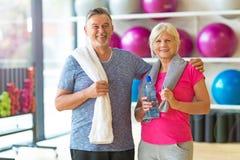 Couples aînés en gymnastique Photographie stock