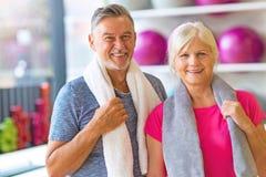 Couples aînés en gymnastique Images libres de droits