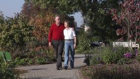 Couples aînés en stationnement banque de vidéos