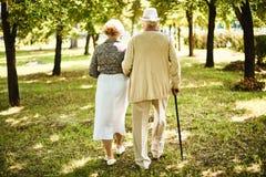 Couples aînés en stationnement Images stock