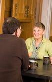 Couples aînés ensemble dans la cuisine Images libres de droits