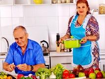 Couples aînés faisant cuire à la cuisine Photographie stock libre de droits