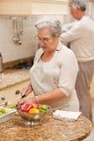 Couples aînés faisant cuire dans la cuisine Photographie stock libre de droits