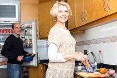 Couples aînés faisant cuire dans la cuisine Images libres de droits