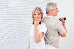 Couples aînés faisant l'haltère Photo stock