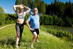 Couples aînés faisant le sport s'exerçant à l'extérieur Image stock