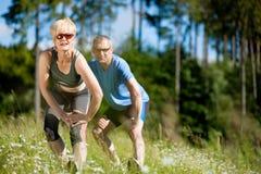 Couples aînés faisant le sport s'exerçant à l'extérieur Images libres de droits