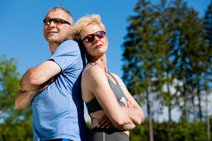 Couples aînés faisant le sport s'exerçant à l'extérieur Photo libre de droits