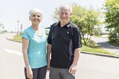 Couples aînés fonctionnant en stationnement photographie stock libre de droits