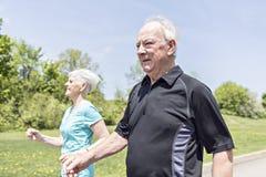 Couples aînés fonctionnant en stationnement photo libre de droits