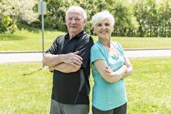 Couples aînés fonctionnant en stationnement photos stock