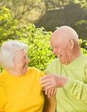 Couples aînés heureux à l'extérieur Image stock