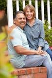 Couples aînés heureux détendant dans le jardin Photo stock