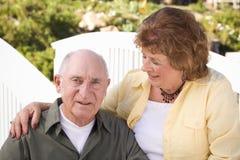Couples aînés heureux détendant en stationnement Photo libre de droits