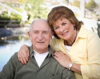 Couples aînés heureux détendant en stationnement Image libre de droits