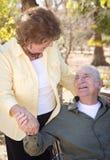 Couples aînés heureux détendant en stationnement Photo stock