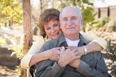 Couples aînés heureux détendant en stationnement Photos stock