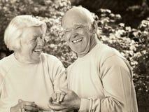 Couples aînés heureux dans l'amour Photo stock