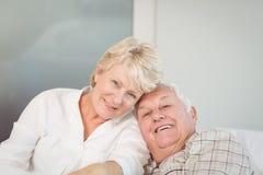Couples aînés heureux dans le bâti Photographie stock