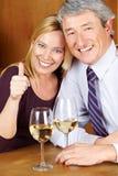 Couples aînés heureux dans le restaurant Photographie stock libre de droits