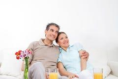 Couples aînés heureux se reposant en fonction Image stock