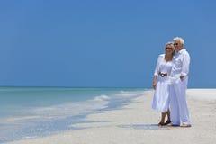Couples aînés heureux sur la plage tropicale Photos libres de droits